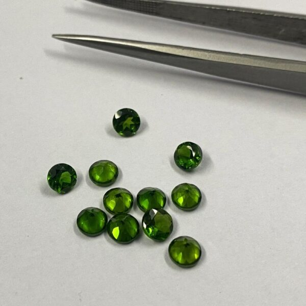 natural chrome diopside faceted round